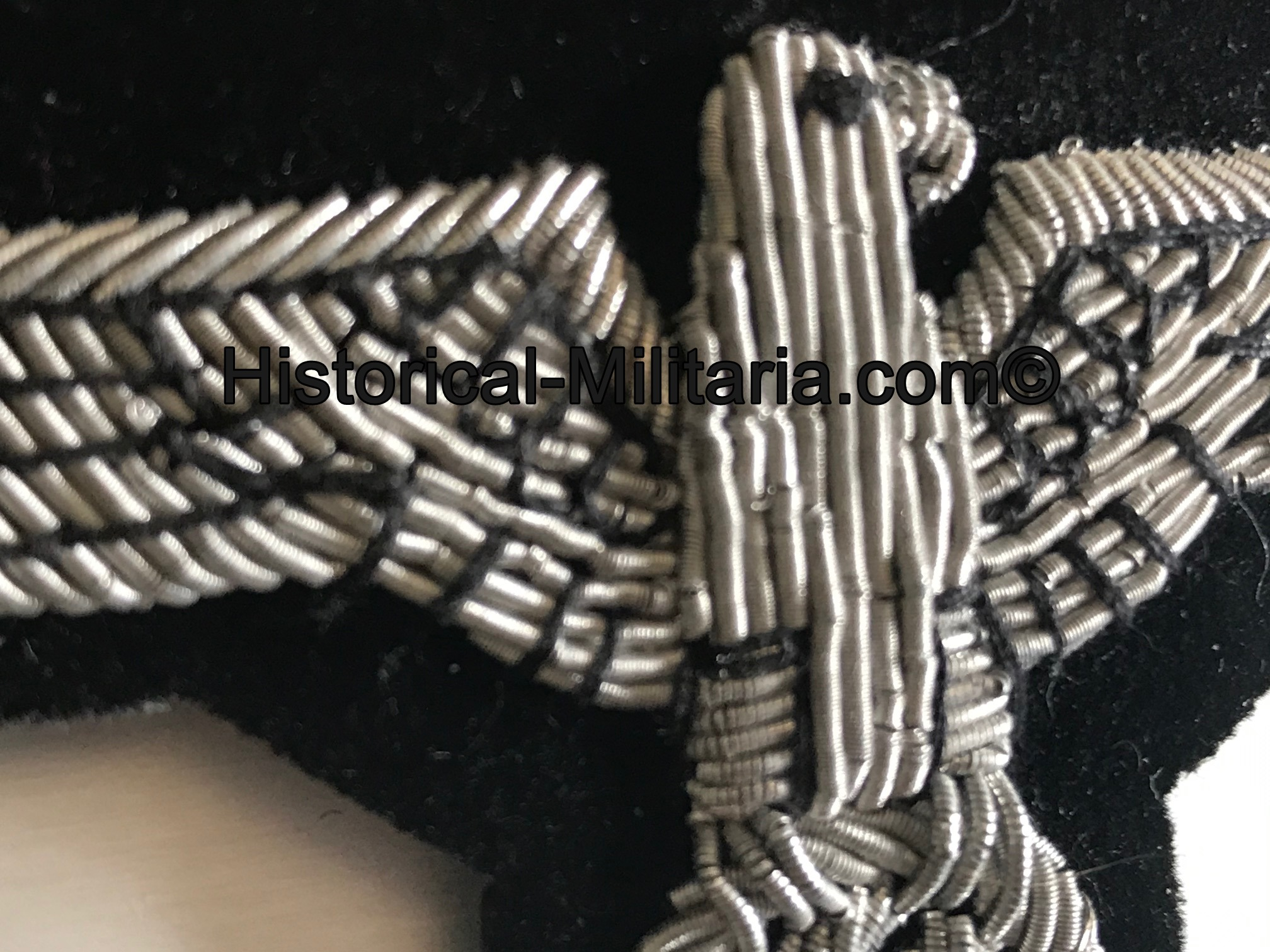 Waffen-SS Officer arm eagle slightly aged on velvet - Offiziersadler Ärmeladler Elite Waffen-SS Panzereinheiten auf Samt gealtert - Aquila da braccio delle Waffen-SS invecchiata